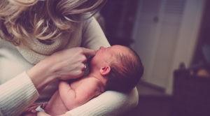 Acunar un bebé sobre el lado izquierdo
